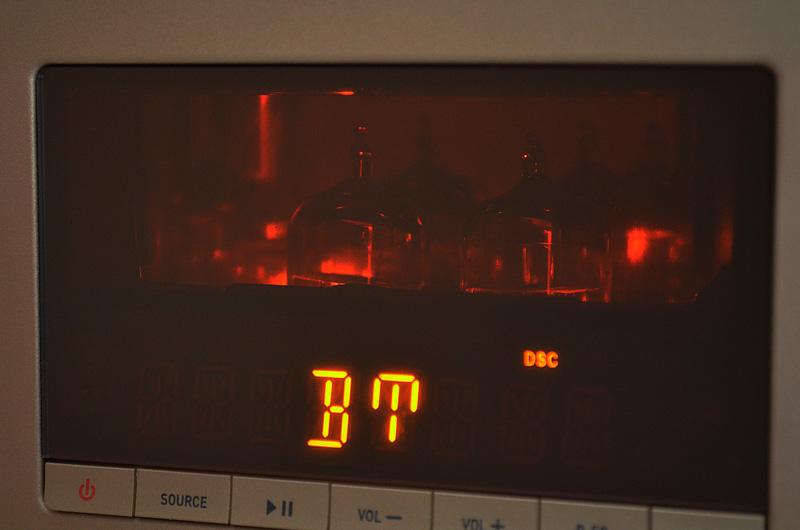 Die schön in Szene gesetzten Röhren des Verstärkers sorgen für einen warmen Sound.