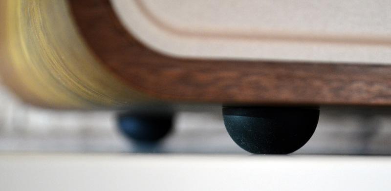 Auch die kleinen Gummifüßchen tragen mit sicherem Stand und Entkoppelung zum gelungenen Klang bei.