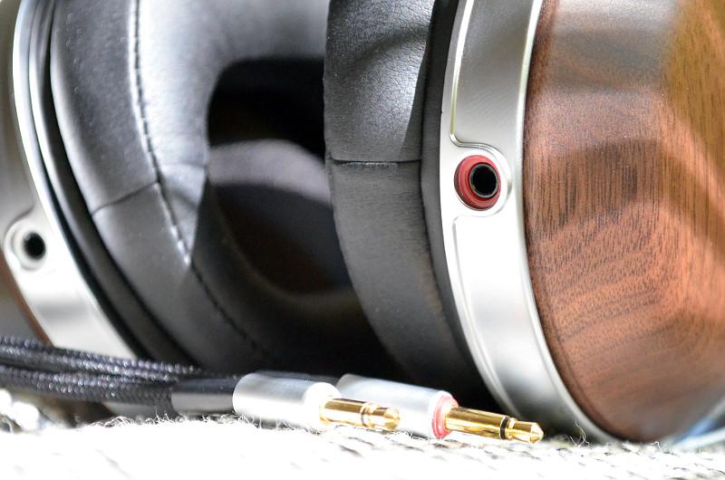 Um den Anschluss zu erleichtern, sind die Buchsen der Ohrschalen farblich markiert.