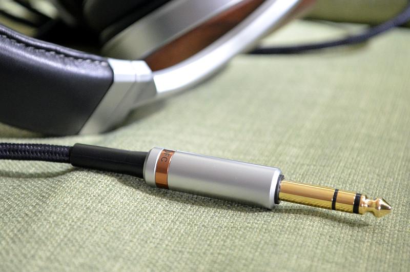 Das mitgelieferte Kopfhörerkabel ist von hoher Qualität geprägt und setzt auch optisch - etwa mit dem Zier-Ring aus Kupfer - Akzente.
