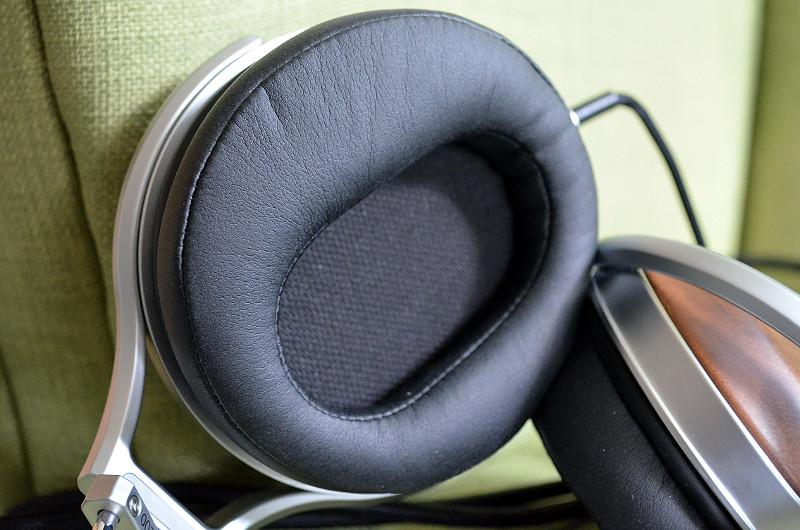 Die weichen Ohrpolster aus Memoryschaum schließen dank sauberem Sitz gut ab und ermöglichen in ungestörtes Klangbild.