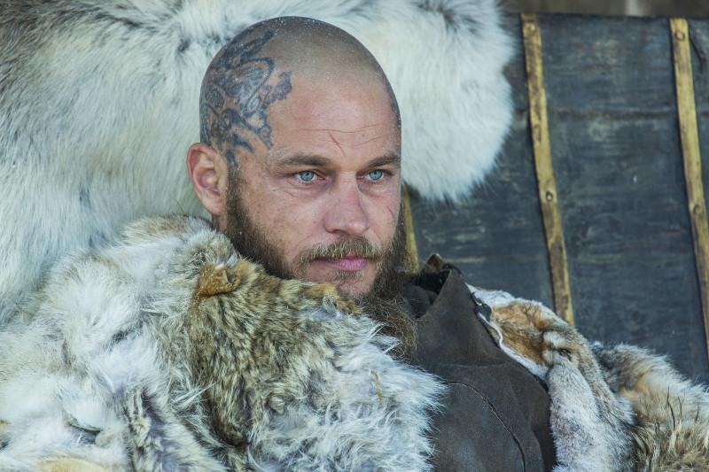 König Ragnar (Travis Fimmel) kehrt angeschlagen aus der Schlacht zurück. (© 20th Century Fox)