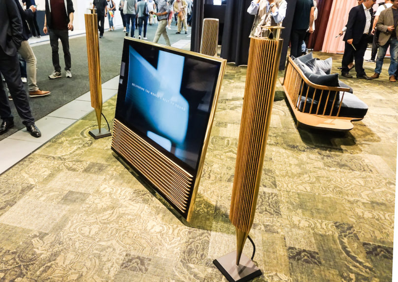 """Die Fortsetzung der weltweit als """"Orgelpfeifen"""" bekannten Boxen BeoLab 8000: Die Bang & Olufsen BeoLab 18 (Preis: 5.480 Euro/Paar) können durch die Wireless-Technologie WISA kabellos verbunden werden. Hier spielen sie mit Bang & Olufsens erstem 4K-Fernseher BeoVision 14 (Preis: ab 7.190 Euro)."""