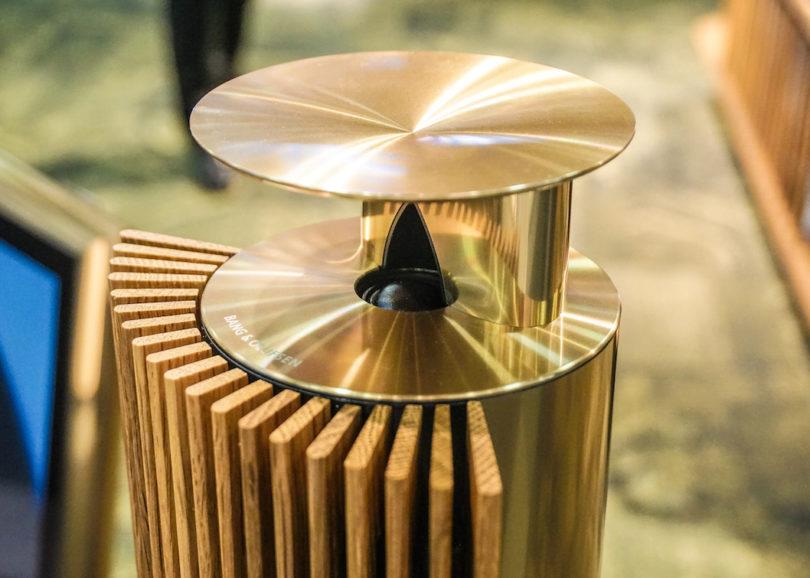 Geblieben sind bei der Bang & Olufsen BeoLab 18 natürlich die markentypischen Merkmale, die akustische Linse und die handwerklich gefertigten Frontlamellen.