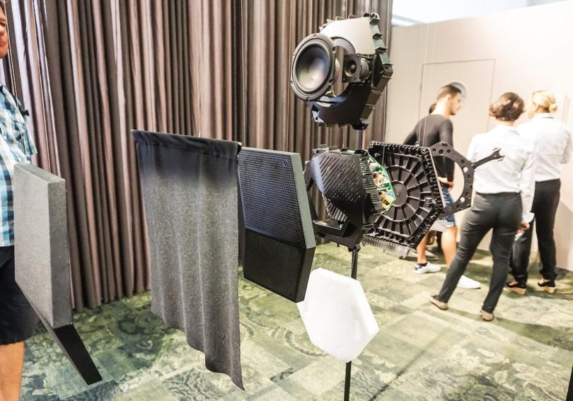 Das Innere des Bang & Olufsen BeoSound Shape-Systems: Eine Kachel besteht jeweils aus einem Lautsprecher, Verstärker oder akustischen Dämpfer, die Mischung der Elemente sorgt für die intelligente Klangverteilung und die resonanzabsorbierenden Wirkung des Systems.