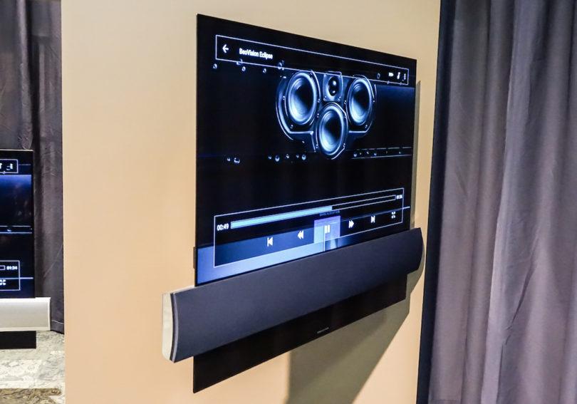 Das Bang & Olufsen BeoVision Eclipse bietet ein ultraflaches 55- oder 65-Zoll-Display in OLED-Technologie in Kombination mit einem leistungsstarken Sound-Center: Die Audio-Beschallung umfasst drei Kanälen mit 450 Watt Leistung. Zusätzliche Lautsprecher für ein vollkommenes Kino-Erlebnis können über den integrierten Surround-Sound-Decoder angeschlossen werden (Preise: BeoVision Eclipse 55 Zoll inkl. Wandhalterung 9.120 Euro, BeoVision Eclipse 65 Zoll inkl. Wandhalterung 12.820 Euro).