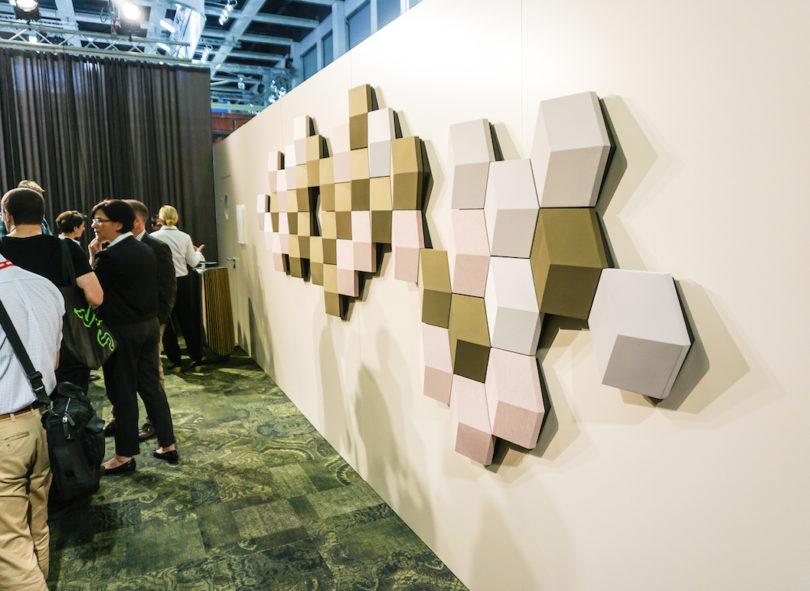 Audio-Art: Bang & Olufsen präsentiert mit dem drahtlosen Lautsprechersystem BeoSound Shape ein musikalisches Kunstwerk. Das System ist modular konzipiert: Die sechseckigen Kacheln sind in einer große Auswahl von Farben und Stoffen erhältlich und können in einer beliebigen Anzahl sowie mit einem individuellen Muster an der Wand angebracht werden.
