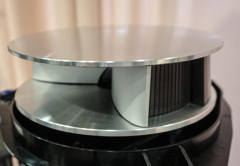 Hinter der Retro-Optik arbeitet moderne Technik vom Feinsten. Für die Klangverteilung der hohen Frequenzen sorgt die oben thronende akustische Linse, ein Markenzeichen von Bang & Olufsen: Sie sorgt für die Klangverteilung und ist beim BeoLab 50 über die beweglichen Flanken in ihrem Abstrahlwinkel veränderbar.