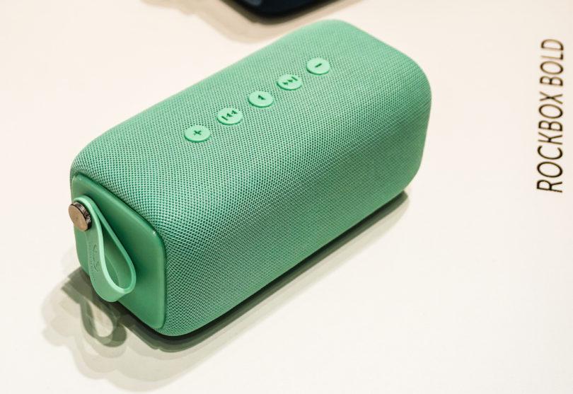 Wer mehr Power will, greift zur Fresh 'n Rebel Rockbox Bold: Der Bluetooth-Lautsprecher ist komplett wassergeschützt und ermöglicht somit 15 Stunden Musikgenuss unter Wasser, aber natürlich auch an Land.
