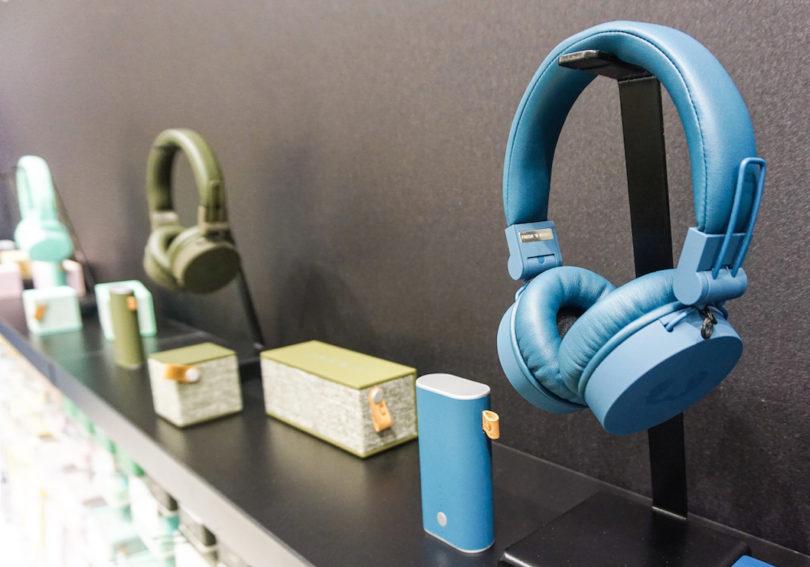 Auch bei den Kopfhörern setzt Fresh 'n Rebel auf Look: Die Caps Headphones-Serie bietet klassische On-Ear-Kopfhörer in coolen Farben, die mobilen Musikmacher sind dank des faltbaren Designs kompakt und schnell verstaut, sie werden über ein abnehmbares Spiralkabel mit robustem Winkel-Stecker an das Smartphone angedockt und über eine integrierte Fernbedienung gesteuert (Preis: um 35 Euro).