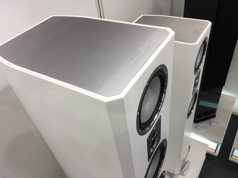 Auffällig sind die superschicken Applikationen wie beispielsweise die bündig eingelassenen Deckelplatte aus gebürstetem Aluminium oder gefaste und perfekt lackierte Gehäusekanten.