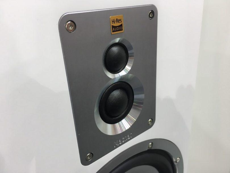 Ausgestattet ist der edle gestaltete Schallwandler mit Doppelhochtöner, zwei massiven Bass-Chassis, HiRes-Audio-Zertifizierung.
