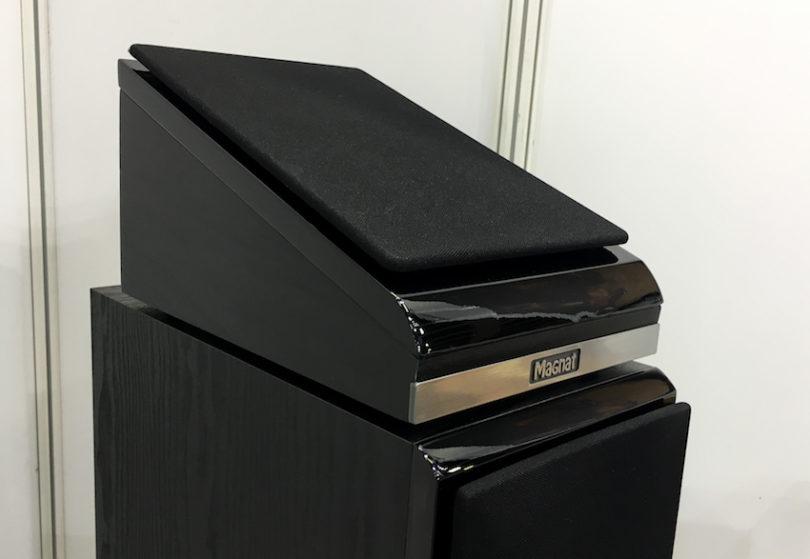 Magnat goes Atmos. Ein stattliches Heimkinosystem besitzt heutzutage entsprechende Atmos-Zusatz-Lautsprecher. Magnat bietet zu seinen Serien die Shadow 102 ATM. Diese lassen sich als Aufsatz- oder alternativ auch als Deckenlautsprecher einsetzen.