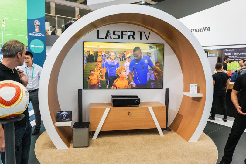 """Hisense präsentiert auf der IFA die Innovation """"Laser TV"""": Laser als Lichtquelle macht besonders natürliche Farben möglich. Das Bild wird von einem Projektor ausgegeben, der Projektionsabstand ist mit 19 Zentimeter besonders gering, damit der Laser TV auch in der kleinen Wohnung ein großes Bilderlebnis bietet."""
