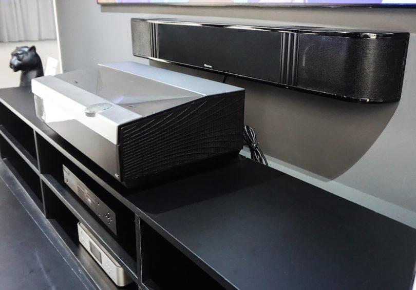 Auf der IFA spielte dazu mit dem Soundsystem Hisense HS312 ein weiterer Prototyp: Das 5.1.2-Kanal-Soundsystem mit Dolby Atmos arbeitet mit zwölf Speaker-Einheiten, es spielt von 40 Hertz bis 20 Kilohertz und leistet 7 x 22 Watt, hinzu kommen 1 x 100 Watt für den integrierten Subwoofer.