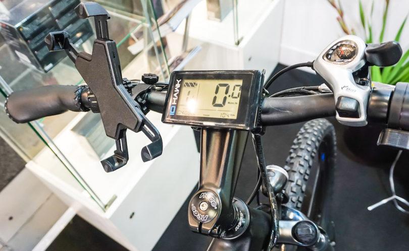 Das großzügige Drei-Zoll-LCD-Display des IO Hawk E1 informiert über Geschwindigkeit, Fahrzeit, Distanz, Gesamtzahl der gefahrenen Kilometer und den Batteriestatus (Preis: 1.199 Euro).