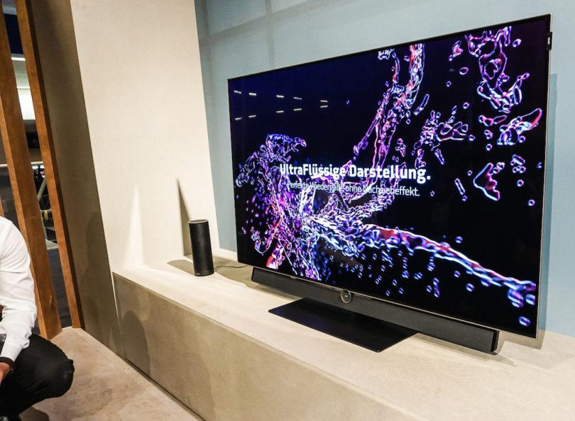 Loewe präsentiert auf der IFA exzellente OLED-Fernseher. Der Loewe bild 4.55 liefert auf seinem knapp fünf Millimeter flachen 55-Zoll-Schirm ein kraftvolles 4K-Bild in Ultra HD-Qualität und ermöglicht über Dolby Vision Hochkontrastbilder. Die integrierte 2x40-Watt-Stereo-Soundbar mit geschlossener Bassreflexbox sorgt für Beschallung – Dank integriertem Audio-Mehrkanal-Dekoder auch in Dolby Digital, Dolby Digital Plus und DTS. Weiterer Leckerbissen: Die Bedienung funktioniert auch ohne Fernbedienung per Sprachsteuerung über Amazons Sprachassistenz Alexa (Preis: 2.990 Euro).