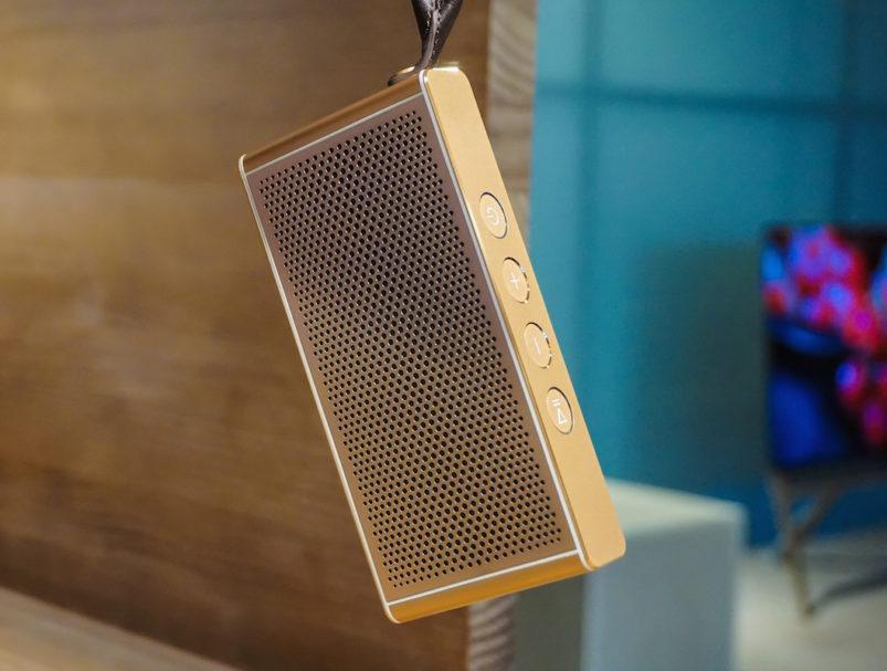 Mobil und edel: Der portable Bluetooth-Speaker Loewe klang m1 glänzt optisch mit seinem Edelstahlgehäuse und der Handschlaufe aus echtem Leder, klanglich leistet er mit satten 20 Watt Leistung 12 Stunden lang Musikbeschallung (Preis: 149 Euro).