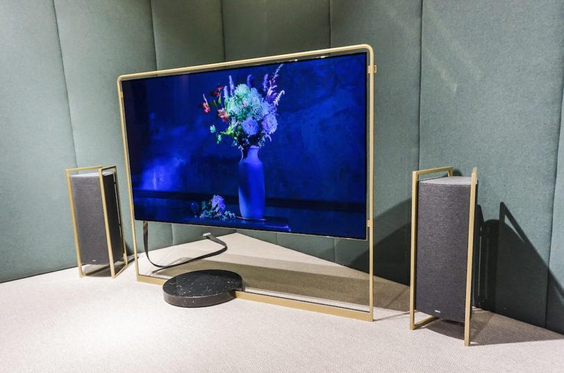 Exzellente Technik im herrlichen Retro-Look: Loewe hat den Stardesigner Bodo Sperlein für die Konzeption kommender Bild- und Tongeber gewinnen können. Inspiriert von den Golden Twenties und Art Déco hat Sperlein das Loewe bild x concept kreiert: Durch das modulare Konzept agieren die großen, aber ultraflachen OLED-Displays losgelöst von der Technik. Ausstattung und Soundbar sind individuell kombinierbar. Hier spielt der Flatscreen mit zwei Loewe klang 9-Lautsprechern.