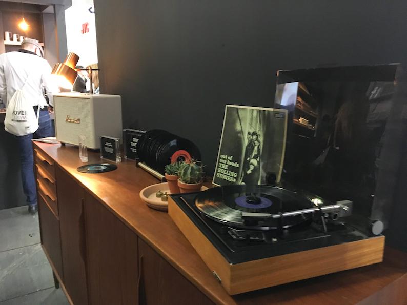 Egal ob digitale oder analoge Zuspielung (wie hier via Vinyl), Marshalls multifhunktionale Alleskönner nehmen Signale auf jedem Wege entgegen.