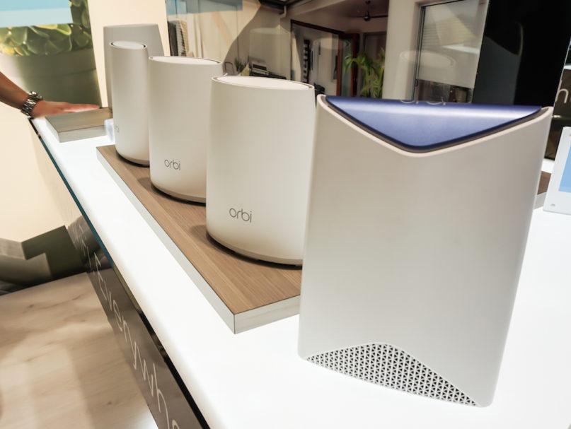 Besseres WLAN überall – dafür sorgt Orbi von Netgear. Das erste Tri-Band-WLAN-System für Heimnetzwerke sorgt dafür, dass vom Vorgarten bis zum Arbeitszimmer unterm Dach schnelles und sicheres WLAN verfügbar ist.