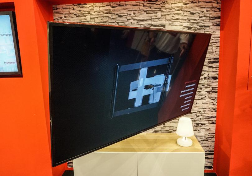 One For All bringt den Flatscreen fast zum Fliegen: Die vollbewegliche Wandhalterung WM 6681 erlaubt die Ausrichtung des Flachbildschirms per Fingertipp.