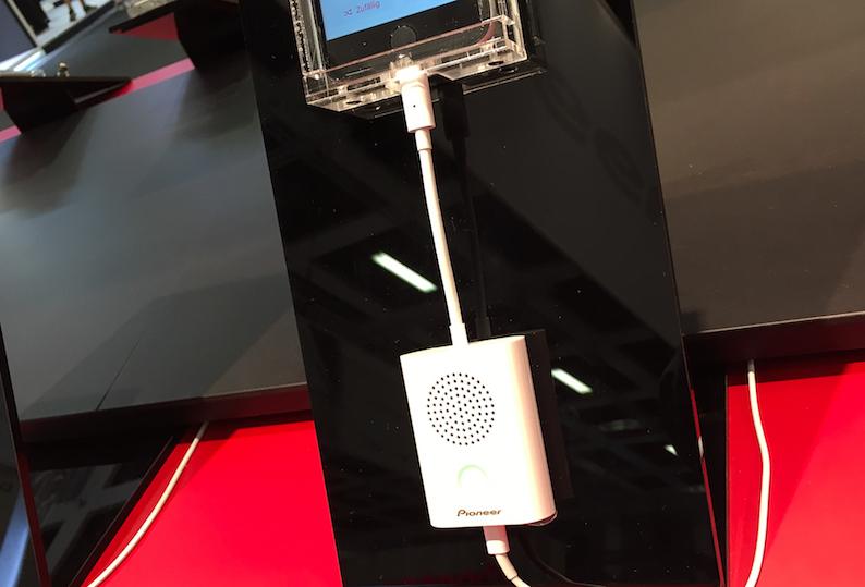 Rally ist der weltweit erste Lightning-Lautsprecher nach dem Plug & Play-Prinzip. Derzeit erfordern alle anderen portablen Konferenzlautsprecher eine Steckdose oder Batterien. Nicht so der Pioneer Rally: Er ist jederzeit gesprächsbereit und benötigt keine zusätzliche Batterie. Die LightX-Plattform von Avnera sorgt dafür, dass der Lautsprecher unter geringstmöglichem Stromverbrauch über das iPhone betrieben wird. Sobald Rally über den Lightning-Anschluss verbunden ist, werden sämtliche über das iPhone initiierte Gespräche automatisch an den Lautsprecher übertragen und wiedergegeben.