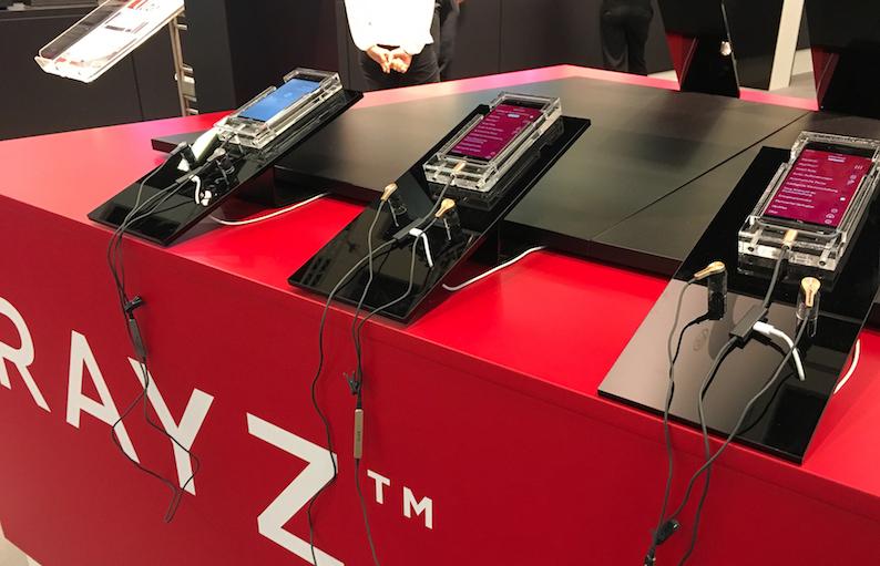 Rayz ist aber nicht nur ein Modell, sondern eine ganze Produktlinie. Sie umfasst zudem die ersten Lightning-Kopfhörer mit Mikrofon und Lademöglichkeit für iPhone, iPad und iPod touch.