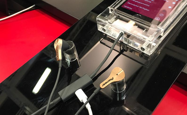 Die Modelle Rayz (129,95 Euro) und Rayz Plus (179,95 Euro) übertragen die Intelligenz einer iOS App auf Kopfhörer mit Lightning-Anschluss – und ermöglichen dabei innovative Funktionen und Hörerlebnisse, die mit einer 3.5mm Kopfhörerbuchse bis dato nicht erreichbar waren.