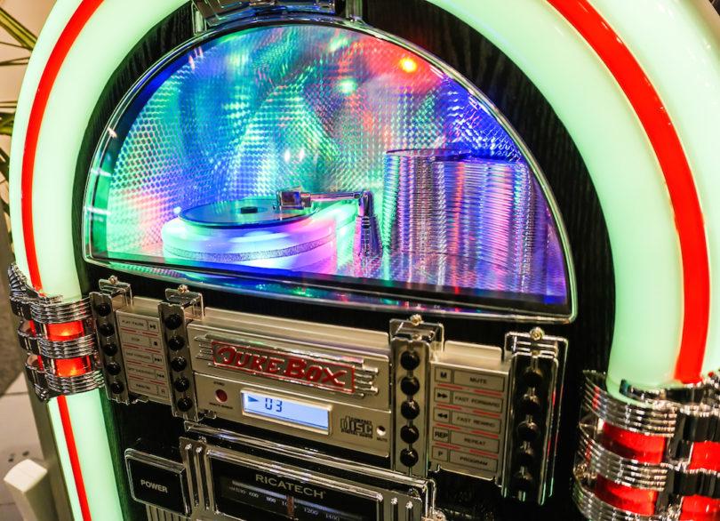 Die RR1000 verfügt über einen eingebauten CD-Player, ein MW/UKW-Radio und einen AUX-Eingang. Zwei eingebaute Stereolautsprecher sorgen für den Sound, mit der Fernbedienung lässt sich dieses Schmuckstück komfortabel vom Sessel aus bedienen.