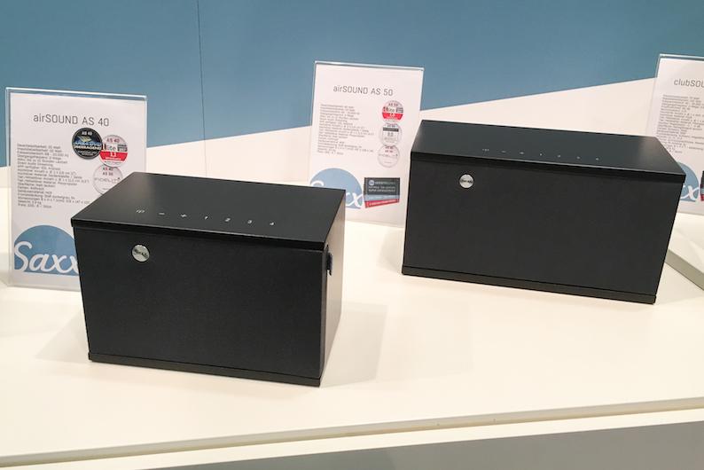 Multiroom kann auch flexibel, hübsch und erfreulich preiswert sein. Genau das beweist Saxx Audio mit seinen Modellen AS40 (229 Euro) und AS50 (299 Euro), die in Halle 1.2 zu bestaunen waren. Wir hatten die beiden hübschen Allrounder übrigens bereits im Test ...