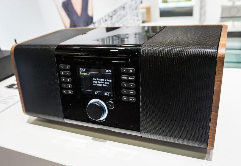 Mehr als ein Radio: Das Palona JoJo ist ein 2.1 Home-Audio-System mit sattem Sound in elegantem Style, das über WLAN die Internet-Radiostationen der Welt findet und die Files von der Festplatte streamt. Ein CD-Laufwerk, ein USB-Eingang und eine Bluetooth-Schnittstelle komplettieren die Anschlussvielfalt (Preis: ab 599 Euro).