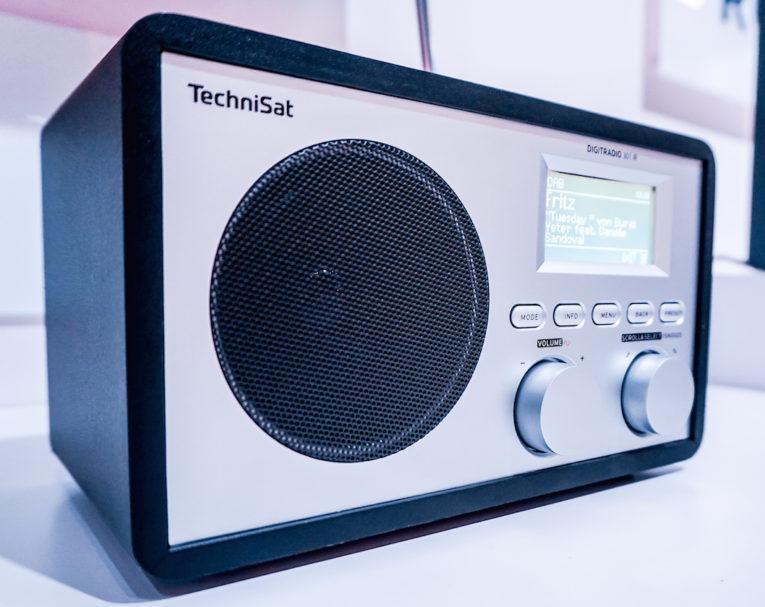Elegant und kompakt: Das TechniSat Digitradio 301 IR bietet über DAB+ die komplette Programmvielfalt und digitale Musikqualität. Das WLAN-fähige Radio findet nicht nur die Internetradio-Stationen der Welt, sondern gibt auch UPnP-Streams vom Computer, Smartphon oder NAS-Laufwerk im heimischen Netzwerk wieder (Preis: 129,99 Euro)