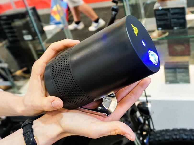 Der brandneue Terratec BT Disco verwandelt mit seinem Bluetooth-Speaker und der integrierten Laser-Unit jeden Raum in einen Musik-Club mit Light-Show. Die Projektionen der Laser sind dabei auf den Sound des 5-Watt-Lautsprechers abgestimmt. Mit einem 2600 mAh-starken Akku kann die mobile Party 15 Stunden dauern (Preis: um 79,99 Euro).