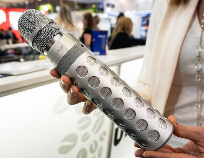 Stimmungsgarant: Der Terratec Karaoke sorgt mit kabellosem Mikrofon und integriertem Speaker für spontanen Mitsing-Spaß. Über Bluetooth verbindet er sich mit dem Smartphone, eine frei wählbare Karaoke-App liefert Sound und Lyrics. Der Griff ist so konzipiert, dass die Musik auch beim Festhalten problemlos abgestrahlt wird – und die Karaoke-Session wird auf Wunsch auch gleich aufgenommen. Wer das Mikrofon abnimmt, verwandelt den Terratec Karaoke in einen vollwertigen Bluetooth-Speaker (Preis: 59,99 Euro).