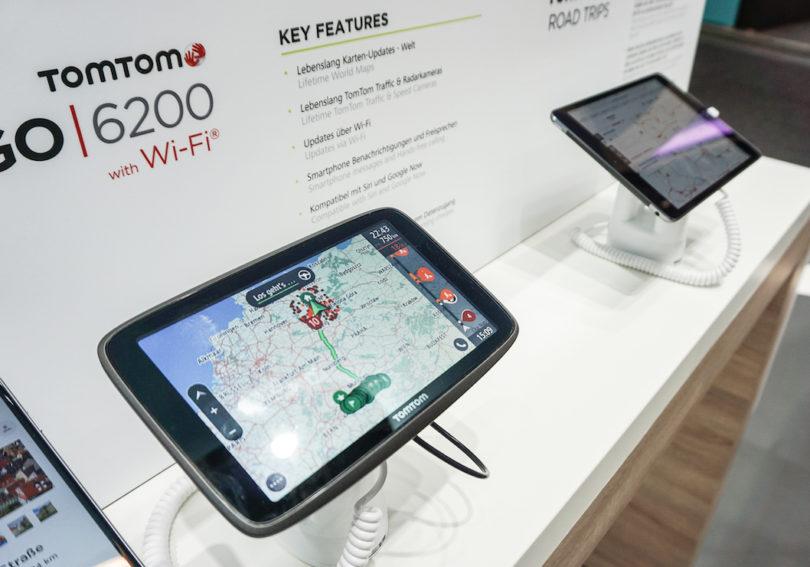 …. und natürlich werden die Daten der App mit dem Navi synchronisiert. Dafür verfügt das TomTom Go 6200 über Wi-Fi-Konnektivität und eine eingebaute SIM-Karte. Sprachsteuerung, Freisprechen und Smartphone-Benachrichtigungen sorgen für weiteren Komfort. (Preis: um 380 Euro)