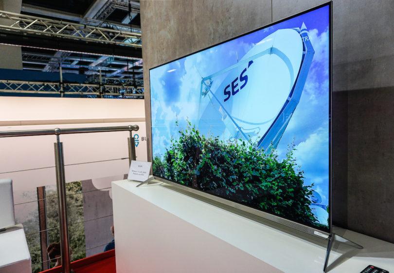 Xoro, bekannt durch TV-Tuner, profiliert sich auf der IFA mit Flatscreens, die ihrem Namen alle Ehre machen: Gerade mal 0,5 Zentimeter misst der ultradünne Rahmen des HTL 5546. Der 55-Zöller bietet ein hochauflösendes OLED 4K UHD Display und ist mit einem HD Triple Tuner für DVB-T2, -C und -S2 ausgestattet.