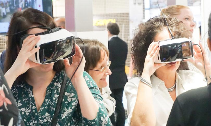 Großer Andrang bei Zeiss: Der Optik-Spezialist hat seine Expertise in die Zeiss VR One Plus gesteckt, die hochwertige Virtual Reality-Smartphone-Halterung erlaubt ein atemberaubendes Eintauchen in virtuelle Welten.