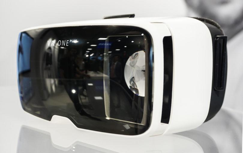 Die Plus-Version der Zeiss VR One passt nun für Smartphones zwischen 4,7 und 5,5 Zoll und benötigt keine speziell angepassten Smartphone-Schubladen mehr. Die hervorragende 40-Millimeter-Linsen sorgen für scharfe Abbildungen und geringe Verzerrungen – und Brillenträger können diesen Spaß mit ihrer eigenen Sehhilfe genießen. Ganz neu: Mit zwei Controllern wird diese Brille zur Zeiss VR One Connect. Spiele vom PC können nun direkt auf die Brille gestreamt werden (Preise: Zeiss VR One Plus 99 Euro, Zeiss VR One Connec 129 Euro).