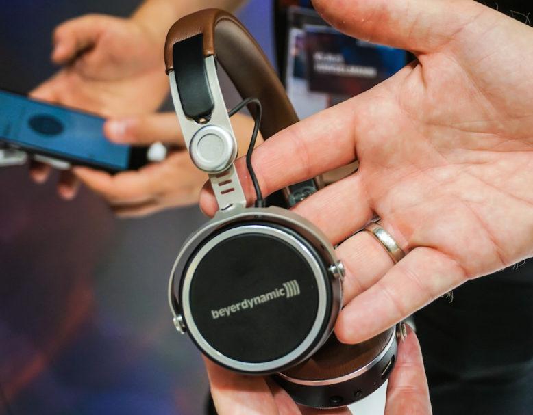 Bildschön: Beyerdynamic präsentiert mit dem Aventho einen edel gearbeiteten, geschlossenen On-Ear-Kopfhörer mit Clou-Features.