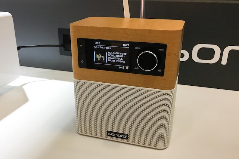 Zuletzt noch bei uns im Test, jetzt im IFA-Rampenlicht: der sonoroSTREAM. Ein badezimmertaugliches Internet-/FM-/DAB-Radio mit Streamingfunktion und UNDOK-Multiroom-Fähigkeit. Preis: 249 Euro.