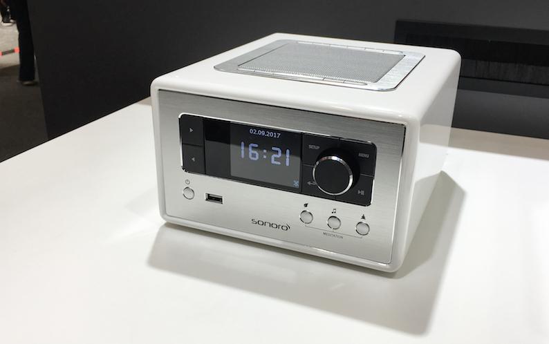 Noch ein sonoro-Neuling: Größe und Ausstattung prädestinieren das RELAX für den Einsatz in Ruheräumen. Das RELAX mit den Abmessungen von etwa 183 mm (b) x 115 mm (h) x 223 mm (t) ist in den Farben Schwarz, Weiß, Silber und Rot für den Preis von 349 Euro erhältlich.