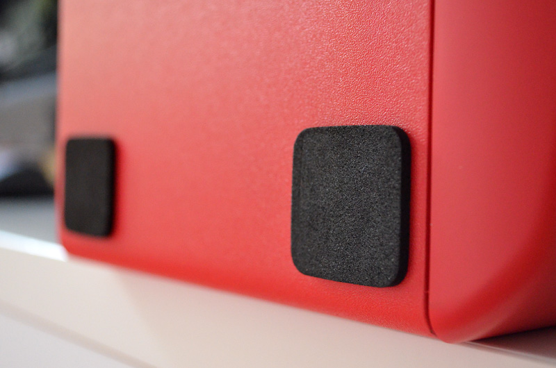 Für sicheren Stand sorgen die selbstklebenden Schaumstoff-Pads, die am Gehäuseboden befestigt werden.