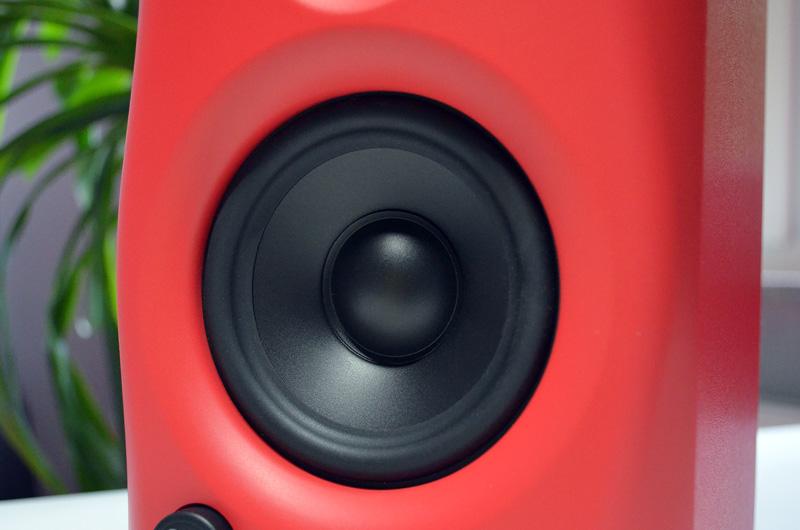Der 4-Zoll-Tieftöner liefert erfreulich kraftvollen Bass - bei so kompakten Lautsprechern ist das nicht selbstverständlich.
