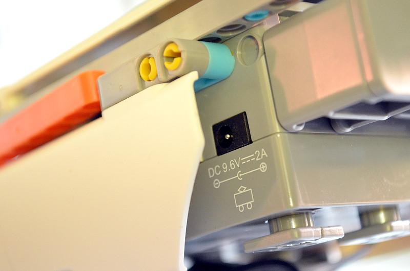 Der Akku wird ganz einfach per Ladekabel mit einer Steckdose verbunden. Der Anschluss dafür ist beim Strauß vorne unter dem rechten Flügel versteckt.