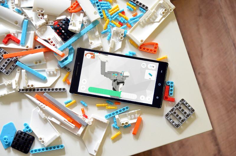 Wer sich angesichts der mehr als 250 Bauteile etwas überfordert fühlt, kann beruhigt sein: Die App für Tablet oder Smartphone leitet sehr gut durch den Aufbauprozess.