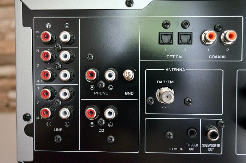Sowohl analoge als auch digitale Schnittstellen sind vorhanden.