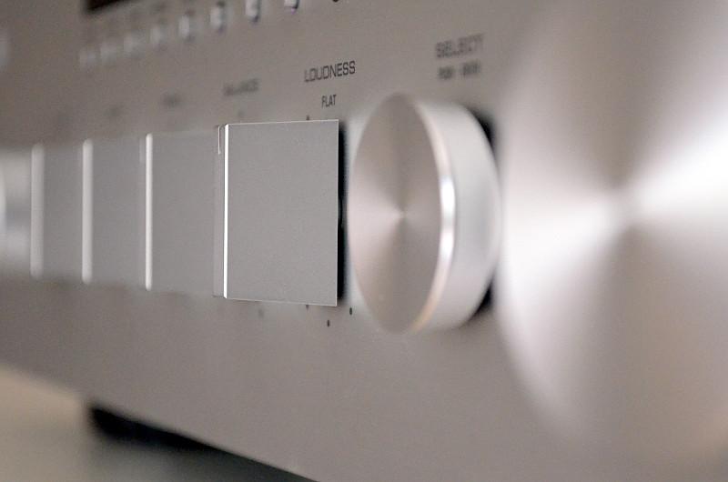 Gelungener Stilmix: Die kreisrunden und rechteckigen Bedienelemente des R-N803D schaffen ein edles Gesamtbild.