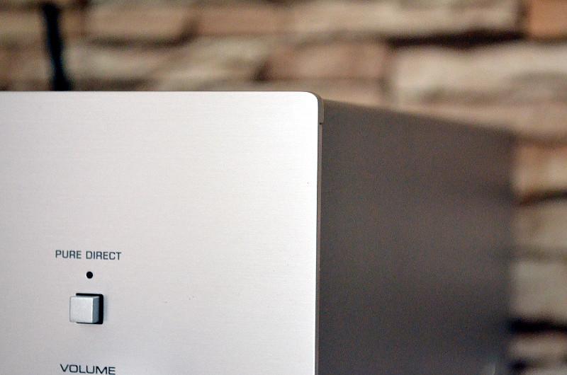 Das Design des R-N803D mag auf den ersten Blick schlicht erscheinen, das Innenleben fällt dafür umso komplexer und moderner aus.