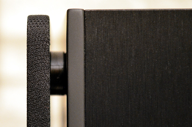 Die magnetisch befestigte Frontabdeckung steht leicht von der Schallwand ab.